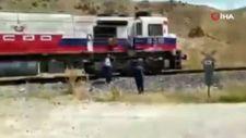 Van'da düğün konvoyunun önünü trenle kestiler