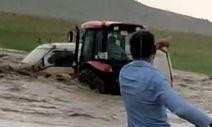 Van'da selde mahsur kalan akrabasını traktörle kurtardı