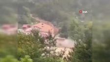 Sinop'ta selin yıktığı ev kamerada