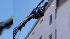 Gaziantep'te inşaat işçisi çatıda asılı kaldı