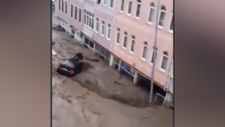 Kastamonu'da aracın üzerine çıkan vatandaşı sel götürdü