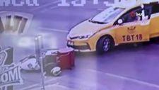Küçükçekmece'de kırmızı ışıkta geçen ticari taksi, motosikletliye çarpıştı