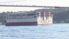 Yolcu gemisinin dev parçası, İstanbul Boğazı'ndan geçti