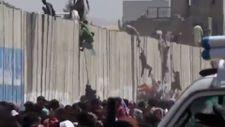Afganlar Kabil Havalimanı'nın 4 metrelik duvarına tırmandı