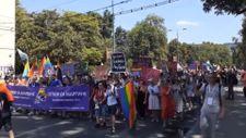 Bosna'da ezanı protesto eden LGBT'lilerin geçtiği cadde yıkandı