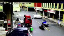 Çin'de minibüs dükkana saplandı