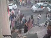 Mardin'de bir kadın, dükkanının yanında oturan dilenci kızı darbetti