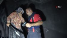 Binayı saran alevler arasında kalan yaşlı kadın dakikalar sonra kurtarıldı