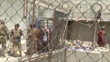 Kabil'den kaçmak isteyen Afganistanlıların havalimanı çevresindeki bekleyişi sürüyor
