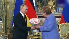 Putin, Angela Merkel'e çiçek hediye etti