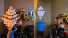 Kafasının üzerinde 101 tuvalet kağıdı rulosu taşıyarak rekor kırdı
