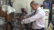 Balıkesir'de 40 yıldır takım elbise giyip müşterilerine servis yapıyor