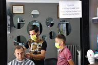 Elazığ'da aşı olana indirimli tıraş yapan berber