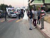 Elazığ'da düğüne giderken teyzesinin kaza yaptığını gören gelin, ambulansa koştu