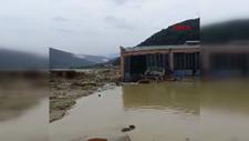 Sinop'taki sel felaketinde, dükkanın yıkılma anları kamerada