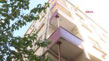 Sultangazi'de duvarları çatlak 50 yıllık binanın ince demir direklerle desteklenmesi tepki çekti