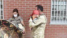 Türk askeri Kabil'deki kontrol noktasında annesinden ayrı düşen bebeğe şefkat elini uzattı