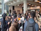 İngiltere'de aşı karşıtları, medya kuruluşlarının bulunduğu binaya girdi