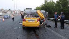 İzmir'de taksi tıra çarptı: 1 ölü, 2 yaralı