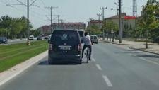 Konya'daki bisikletlinin araca tutunması, trafiği riske attı