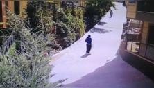 Kağıthane'de, kadın hırsızın çelik kasa ile imtihanı kamerada