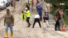 Polis namaz kılmak isteyen vatandaş için montunu yere serdi