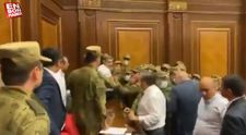 Paşinyan'ın konuştuğu Ermenistan Parlamentosu'nda kavga