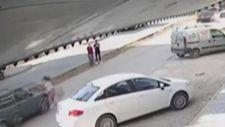 Antalya'da aniden yola fırlayan küçük kıza otomobil çarptı