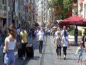 İstiklal Caddesi'nde insanlar, maskesiz ve mesafesiz dolaştı