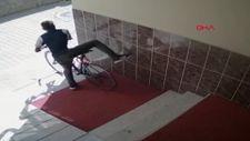 Rastgele zillere basıp, kapıyı açtırarak bisikleti çaldı