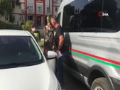 Aydın'da uyuşturucudan tutuklanan şahıs, gazetecilere ayakkabısını fırlattı