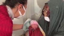 THY'nin tahliye uçuşunda Afgan bebek dünyaya geldi