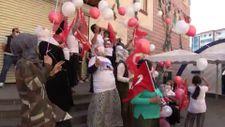 Evlat nöbetindeki aileler HDP önünde 30 Ağustos Zafer Bayramını kutladı