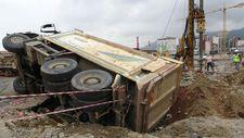 Rize'de kazılan yola devrilen kamyon
