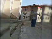 Bolu'da kediyi tekmeleyen kişi, ardından kulübesini parçaladı