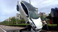 Çin'de kaza yapan Tesla su kanalına düştü
