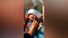Hindistan'da başı düdüklü tencereye sıkışan çocuk kurtarıldı