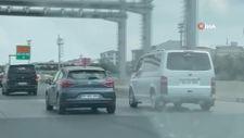 İstanbul'da seyir halinde tartışan sürücüler trafiği tehlikeye attı