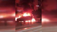 Bursa'da yanan araç başka otomobile sıçradı: 2 araç kullanılmaz halde
