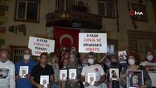 Evlat nöbetindeki aileler HDP il binasına dev Türk bayrağı asıp evlatlarını istedi
