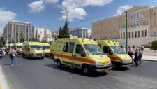 Yunanistan'da sağlık çalışanlarının zorunlu aşılanmasına karşı 'ambulanslı' protesto