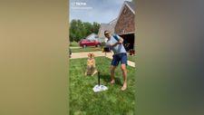 Sahibiyle beyzbol oynayan sevimli köpek