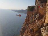 Antalya'da yamaç paraşütüyle kayalıklara düşen kişi kurtarıldı