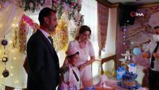 Oğlunun sünnet düğününde gelinlik giydi