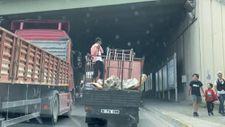 Kadıköy'de açık kamyonet kasasındaki yolcu, el hareketi çekti