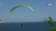 Antalya'da paraşüt tutkunları sert rüzgarı ve yasağı dinlemedi