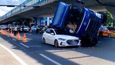Çin'de U dönüşü sırasında ters dönen kamyon arabayı ezdi