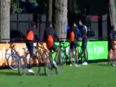 Hollanda Milli Takımı antrenmana bisikletle geldi