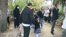 İstanbul'da yüz yüze eğitimin ilk gününde okul önlerinde veli yoğunluğu