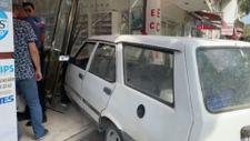 Bursa'da ablasına kızdı, dükkanına otomobille girdi